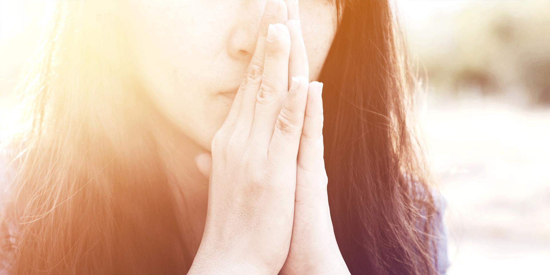 Woman praying in meadow at sunset Bild-Nr. 139292259 © yupachingping - stock.adobe.com
